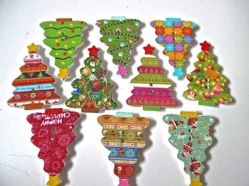 10 Wooden Patterned Christmas Tree Buttons